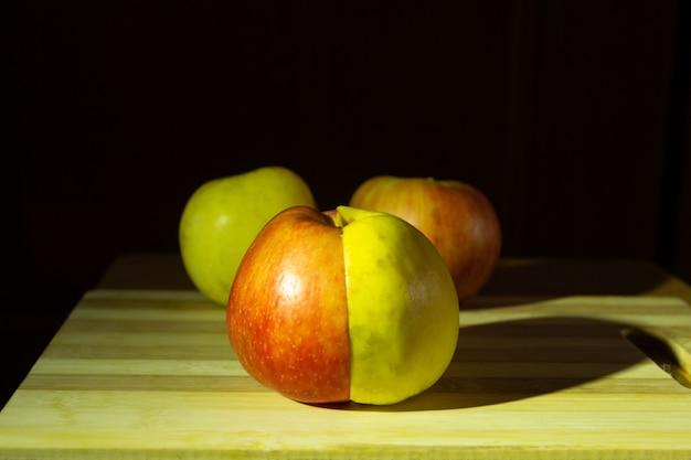 Вид спереди свежего зеленого и красного яблока в одном яблоке фрукты для диеты и вегетарианцев