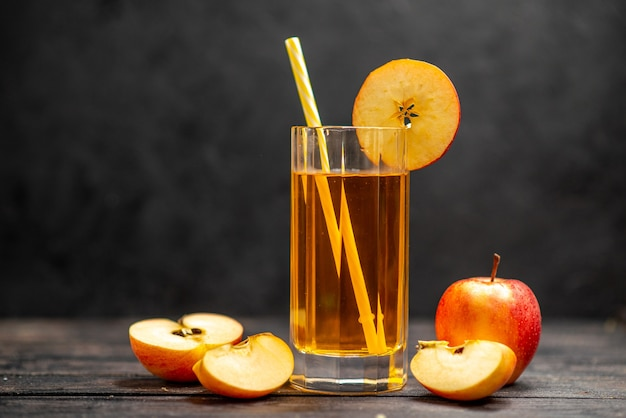 黒の背景に赤いリンゴライムと2つのグラスで新鮮な自然のおいしいジュースの正面図