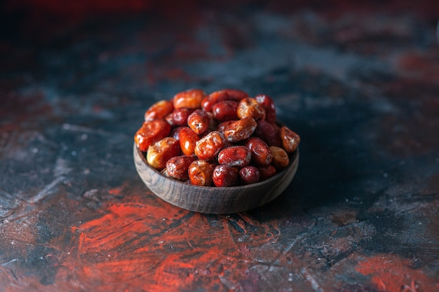 여유 공간이 있는 혼합 색상 배경에 그릇에 신선한 생 은베리 과일의 전면 보기