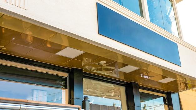 Вид спереди типовых вывесок на фасаде магазина