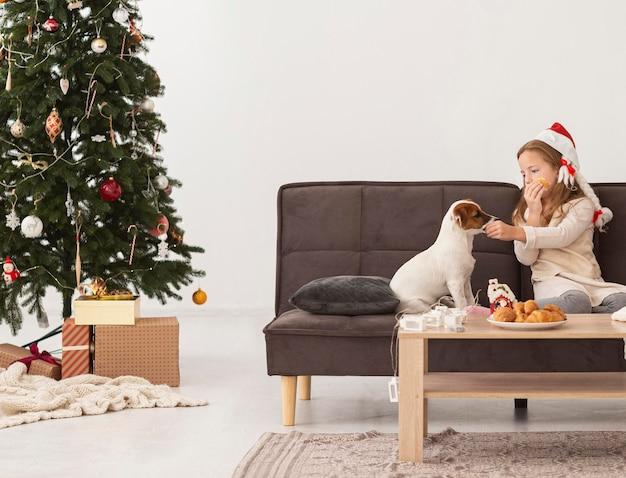 Вид спереди девушки и милой собаки рождественской концепции