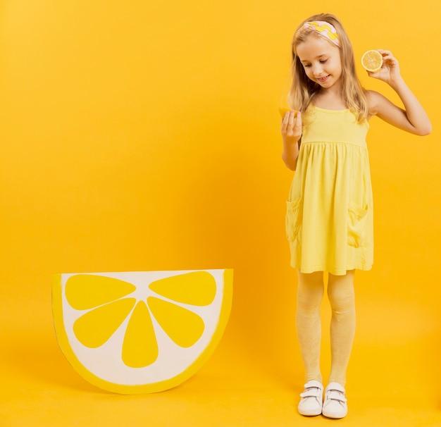 レモンスライスを保持している女の子の正面図