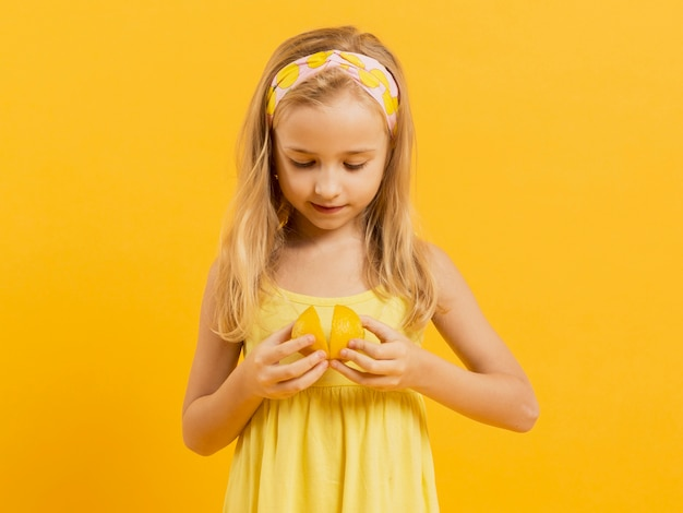 Вид спереди девушка держит лимон