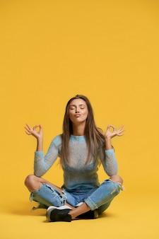 평화를 보여주는 소녀의 전면 모습