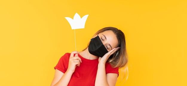 복사 공간 왕관을 착용하는 여자의 전면보기