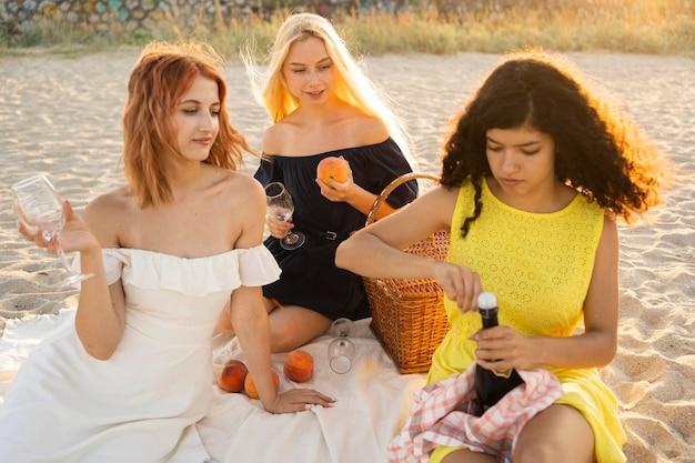 ビーチでピクニックを持つ女の子の正面図