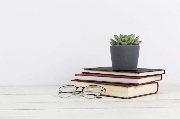 복사 공간 안경 및 책 배열의 전면보기