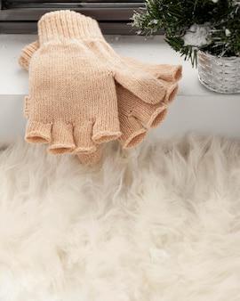 Вид спереди перчатки в снегу