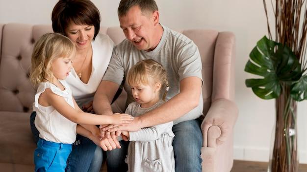 Вид спереди бабушек и дедушек и внучек