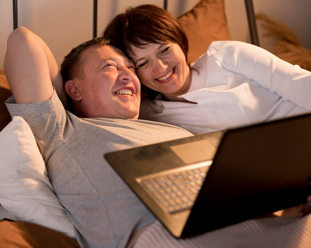 Вид спереди бабушки и дедушки с видеозвонком