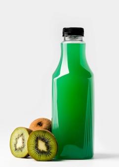 Вид спереди бутылки зеленого сока с киви