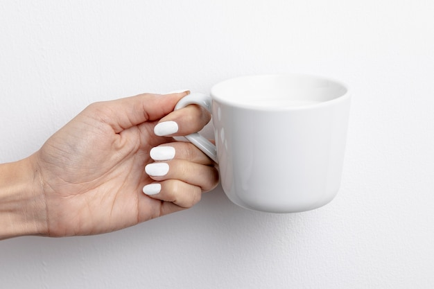 Вид спереди ручной кружки молока