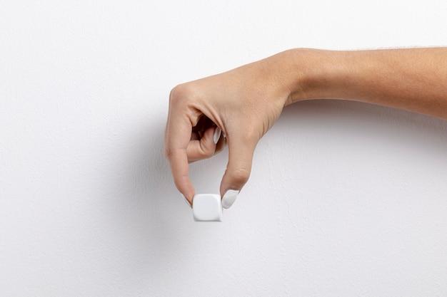 小さなキューブを持っている手の正面図