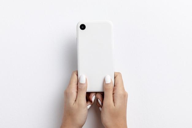 スマートフォンを保持している手の正面図
