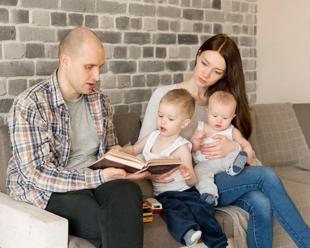 Вид спереди концепции счастливой семьи