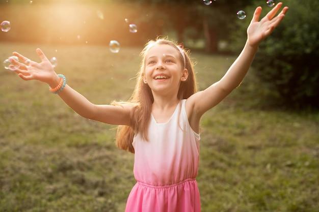 公園で幸せな女の子の正面図