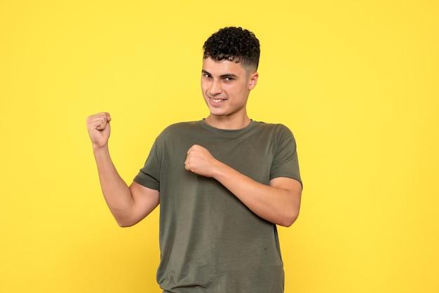Вид спереди счастливого улыбающегося человека, ожидающего, сжимая кулаки