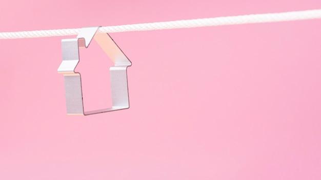 ロープにぶら下がっている家の形の正面図