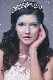 降雪中の氷の女王の正面図