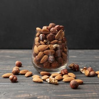 アーモンドと他のナッツの瓶の正面図