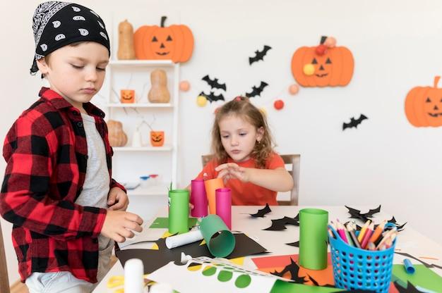 Вид спереди детей с хэллоуин концепт
