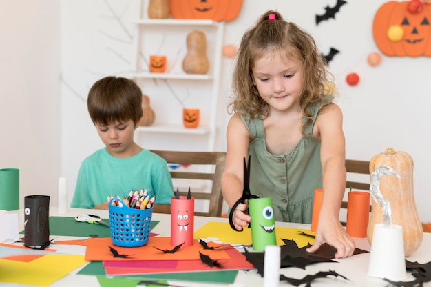 ハロウィーンの概念を持つ子供たちの正面図