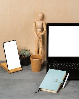 Вид спереди ноутбука и марионетки с копией пространства