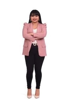 바지와 분홍색 blazerbon 흰색 벽 라틴 여자의 전면보기, 팔을 넘어
