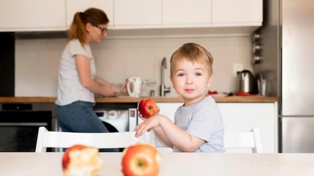 自宅で料理の小さな男の子の正面図
