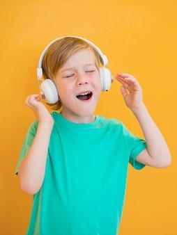 音楽のコンセプトを持った少年の正面図
