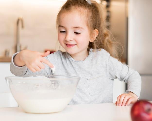 自宅で料理の小さな女の子の正面図