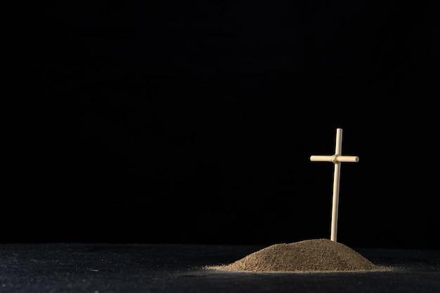 블랙에 스틱 크로스와 모래에서 작은 무덤의 전면보기