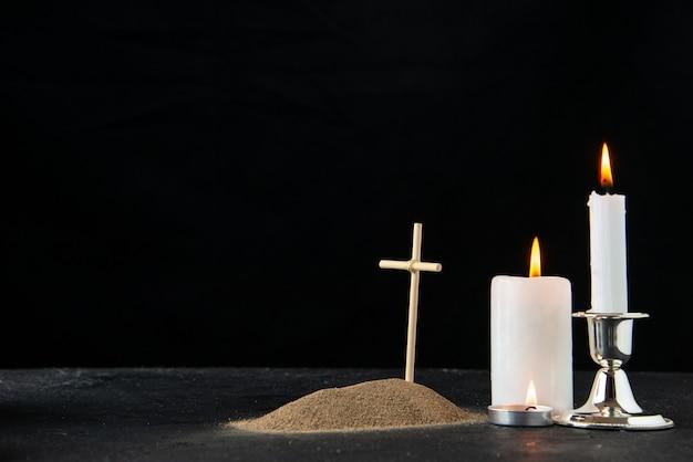 黒いろうそくのある小さな墓の正面図