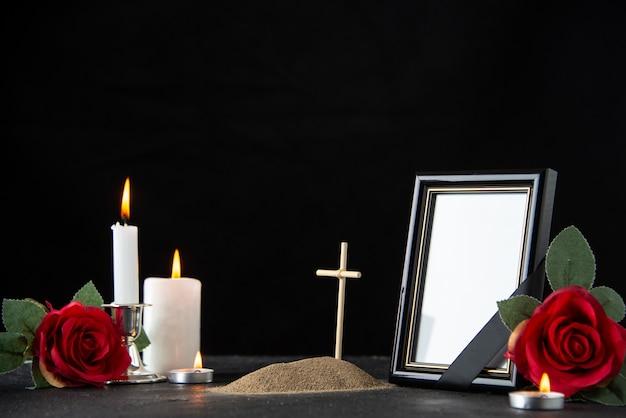 블랙에 빨간 장미와 촛불 작은 무덤의 전면보기