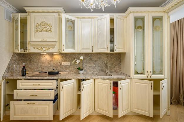 Вид спереди роскошного современного неоклассического бежевого кухонного интерьера