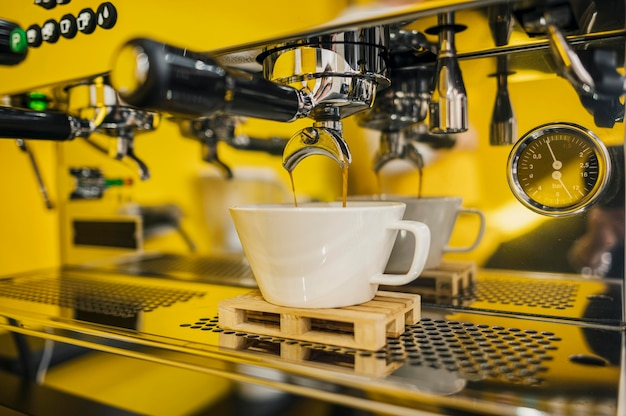 Вид спереди машины для приготовления кофе