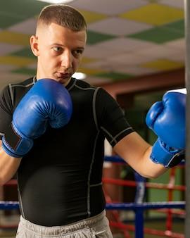 手袋トレーニングの男性ボクサーの正面図