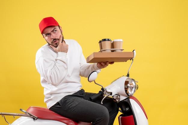 노란색 벽에 배달 커피와 음식을 들고 남성 택배의 전면보기