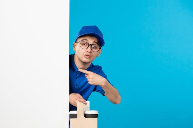 파란색에 커피와 함께 파란색 유니폼 남성 택배의 전면보기 무료 사진