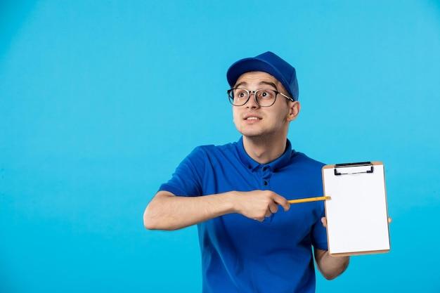Вид спереди мужского курьера с файловой заметкой на синем
