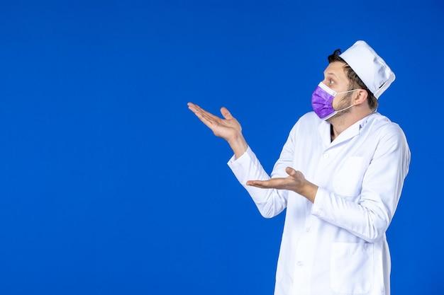 医療スーツと青の紫色のマスクの男性医師の正面図