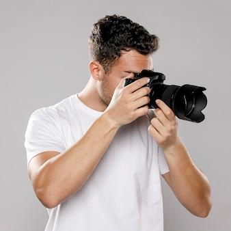 男性カメラマンの正面図