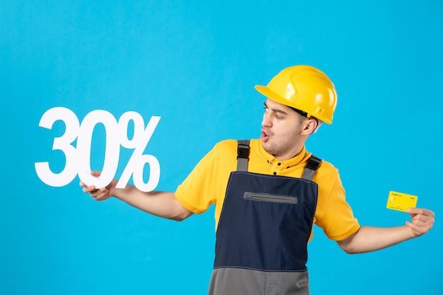 書き込みと銀行カードの青で制服を着た男性労働者の正面図