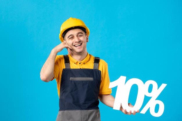 Вид спереди работника-мужчины в униформе с синим написанием