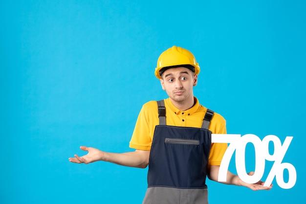 青で書いている制服を着た男性労働者の正面図