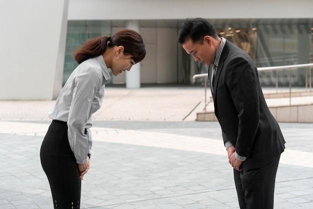 Мужчина и женщина приветствуют друг друга, вид спереди