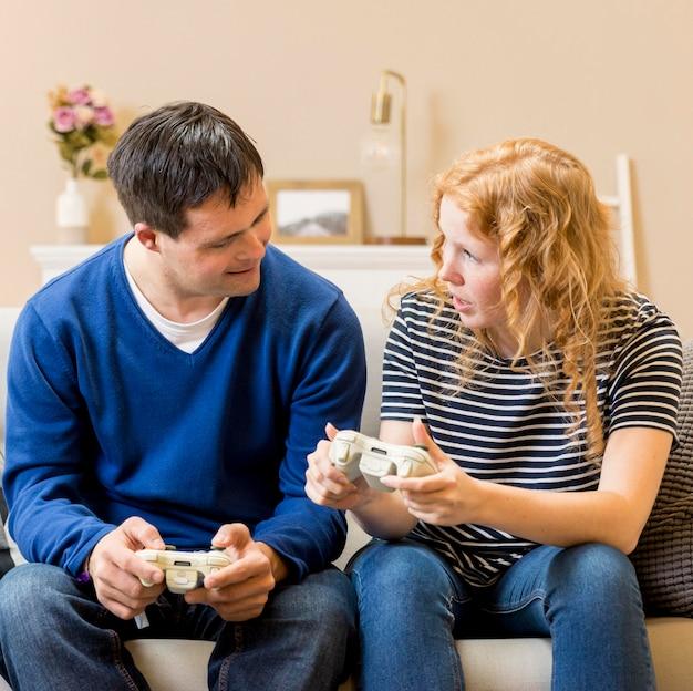 ビデオゲームをプレイする男女の正面図