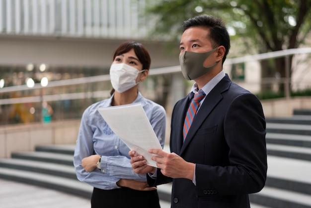 フェイスマスクを身に着けている男性と女性の正面図