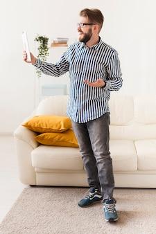 タブレットで自宅の男の正面図