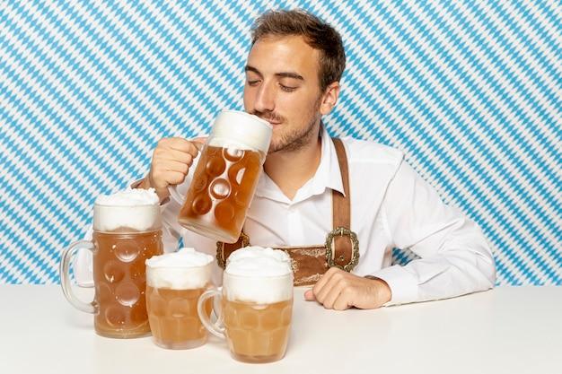금발 맥주를 마시는 사람의 전면 모습